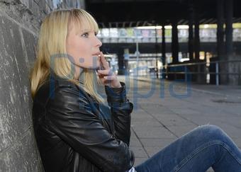 Teenager-Mädchen rauchen Zigaretten